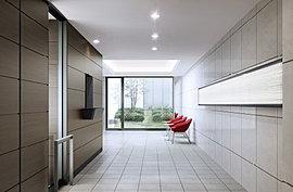 白が映えるモダンなエントランスホールには、コモンズオフィス(管理員室)とプレイロット(中庭)を併設しており、ミニマルでありながらも使い勝手がよく、ホスピタリティのこもったコモンスペース(共用空間)をご用意します。