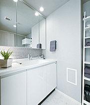 1200mmのワイドな洗面化粧台。床+壁紙を選べます。