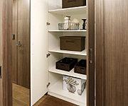 廊下やリビング・ダイニングには、掃除用具や季節用品等の収納に重宝する納戸を設置しています。※一部タイプは納戸