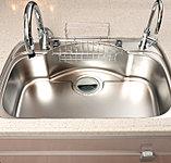 大型鍋やフライパンなども楽に洗えるユーティリティシンク。水ハネ音を軽減する静音設計です。