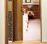 洋室(1)(2)は、軽い力で開閉できる引き戸を採用。デッドスペースも無くなり、扉を開閉する際の衝突がなく安全です。