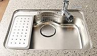 水ハネ音を軽減し、大型鍋やフライパンなどもラクに洗えるシンクです。