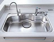 大きな鍋やフライパンなどもラクに洗えるシンクは、水はね音を軽減する静音設計です。
