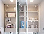 洗面室のキャビネットには、化粧品や小物を機能的に整理できる鏡裏収納を設置。
