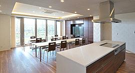 アイランド型のシステムキッチンを備え、ご家族やお友達での会 食やパーティがお楽しみいただけるゆとりあるスペースです。