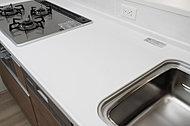 「使うだけ」から、「見せて使う」キッチンへ。傷が付きにくく汚れも落としやすい人造大理石天板を採用しました。