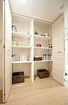 家族で使うものや掃除機など、生活用品の収納に便利です。