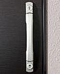 玄関ドアのカギ穴を上下2カ所に設けたダブルロック式を採用し、防犯性を一段と高めました。