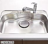 キッチンシンクは水跳ね音を抑えた低騒音設計で、鍋も楽々洗える大型サイズを採用しました。