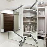 さまざまな角度で姿を見られるワイドな三面鏡は、裏側がまるごと便利な収納です。