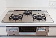 立消え安全装置、天ぷら油加熱防止機能など多機能な3口ガスコンロです。全てのバーナーに温度センサー(Siセンサーコンロ)搭載。