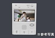 来訪者を音声と映像で確認できるカラーモニター付インターホンは、留守中の訪問者を自動録画できる7型ワイドタイプです。
