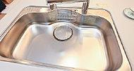 キッチンシンクは水跳ね音を抑えた低騒音タイプで、大きな中華鍋も楽々洗える大型サイズのシンクを採用しました。