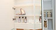 三面鏡裏の収納。棚を豊富に設け、化粧品や小物なども整理しやすくなっています。