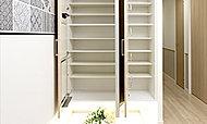 大型ミラーを扉に設置し、たっぷり収納できるワイドサイズのシューズボックスです。