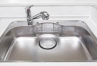 キッチンシンクは水跳ね音を抑えた低騒音タイプで、中華鍋も楽々洗える大型サイズのシンクを採用しました。