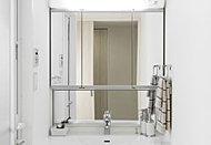 色々な角度で姿を見られるワイドな三面鏡は、裏側が丸ごと便利な収納です。