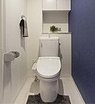 トイレは清潔なシャワートイレを採用しました。便器は汚れが付きにくく、お手入れも簡単。清潔でクリーンなトイレのために配慮しています。