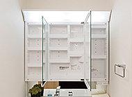 三面鏡裏には化粧品やドライヤーなどがしまえる収納付。棚を豊富に設け、小物も整理しやすくなっています。