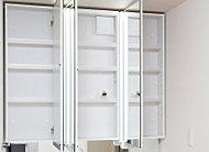 ワイドな三面鏡は、裏側が丸ごと便利な収納です。鏡はヒーターいらずで、くもらないよう表面をコーティング。快適かつ経済的にお使いいただけます。