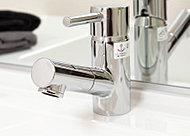 余計な凹凸のないシンプルで美しい洗面です。水栓は引き出して使うことができ、洗面ボウルのお手入れ時や、花瓶への水入れなどにも便利です。