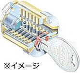 複製が困難なディンプルキーを採用。数億通りもの鍵違いによる複雑なピンシリンダーで、ピッキングを抑止します