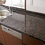 キッチン天板には、耐久性に優れ、斑模様が美しい天然御影石を採用。