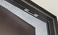 全住戸の玄関ドア(勝手口ドア含む)と面格子のない窓にマグネット式防犯センサーを標準で設置(FIX窓等一部除く)しています。※参考写真