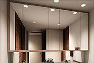 洗面化粧台の鏡は四方に木枠をつけて上質感を演出。鏡の開閉時にも指紋がつきにくい仕様です。鏡の一部には曇り止め機能も装備しています。