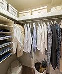 ひと目で収納物を確認できるウォークインクロゼット。その日のコーディネートを考えながらの洋服選びに便利。(一部住戸のみ)