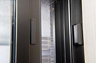 全住戸の玄関ドアと面格子のない窓にマグネット式防犯センサーを標準で設置(FIX窓、ガラスブロック等一部除く)しています。