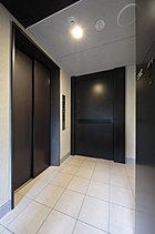私邸品質を高める「オーナーズエレベータ」。2邸それぞれの方向に出入り口を設けた「オーナーズエレベータ」を採用し、1フロア2邸というプライベートレジデンスの優れた資質を、さらに価値あるものへと高めました。