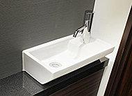 天然石の天板と陶器製ボウルを備えた美しい手洗いカウンターを採用しました。