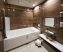なめらかな曲線がソフトな印象を与えるラウンドライン浴槽のシンプルデザイン。壁パネルはウォールナットデザインを採用。居室とあわせたコーディネートです。