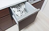 邪魔にならないキッチン天板下に食器洗い乾燥機を標準設置。通常の手洗いよりも節水効果が期待できます。