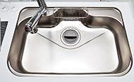 奥行きがあり、大きな鍋も楽に洗えるワイドシンクを採用。水はね音を抑える低騒音設計です(一部住戸除く)