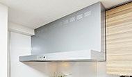 インテリア性の高いシルバー色のレンジフード。整流板を設けることで、排気を逃さず、お手入れも簡単です。