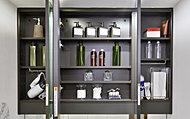 見やすい三面鏡の裏側は、化粧品などの小物類をすっきり整理できる収納スペースです。
