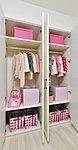 衣類の収納用のハンガーパイプのほか、可動棚で仕切る事で小物類もすっきりと整理整頓が可能です。