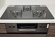 調理油過熱防止や消し忘れ消火機能など、安心してお料理が楽しめるSiセンサーコンロを採用。天板は汚れが付きにくいガラストップコンロを採用。