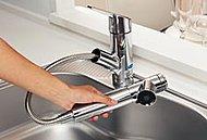 浄水機能も装備。片手で簡単に操作ができ、ノズルを引き出すことでシャワーとしても利用可能。隅々まで汚れを洗い流せます。