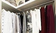 大型のウォークインクローゼットを設置。洋服以外の生活雑貨も上手に収納すれば、住まい全体の暮らしやすさも高まります。