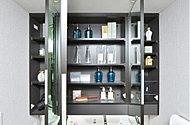 三面鏡の裏側は、コスメ用品やスキンケア用品、ティッシュボックスなどを整理整頓できる収納空間に。
