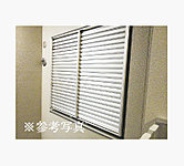 共用廊下に面した居室の窓には、開閉調節が可能なブラインド面格子を採用。廊下側からの視線を遮り、セキュリティ性とプライバシー性を高めます。