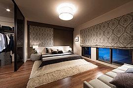 心地いい眠りへ誘う、落ち着きとゆとりを求めた約10帖の主寝室。