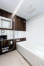 窓付きで快適。自然光が差し込む、癒しのバスルーム。