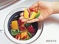 お料理の後に出る野菜くずや果物の皮、魚の骨などの生ゴミを細かく粉砕し、排水と一緒に流すディスポーザーを標準装備。
