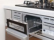 消し忘れ消化、全バーナー温度センサー、水無し片面焼き機能などを搭載した、コンロと一体型のグリル。お料理の幅を広げるキッチンアイテムです。