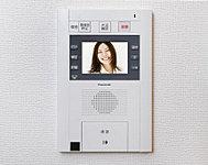 エントランスの来訪者を映像と音声でチェックできる、カラーモニター付インターホンを採用。