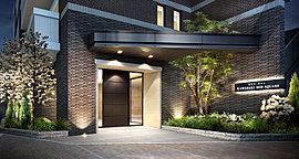 インターロッキング舗装に面したエントランスには、凹凸のあるブラックタイルと斜めに張り出した重厚な庇が堂々とした格調の高さを演出。奥のドアを取り囲むように縁取ったタイルの柔らかな色調がモダンな印象を高めます。